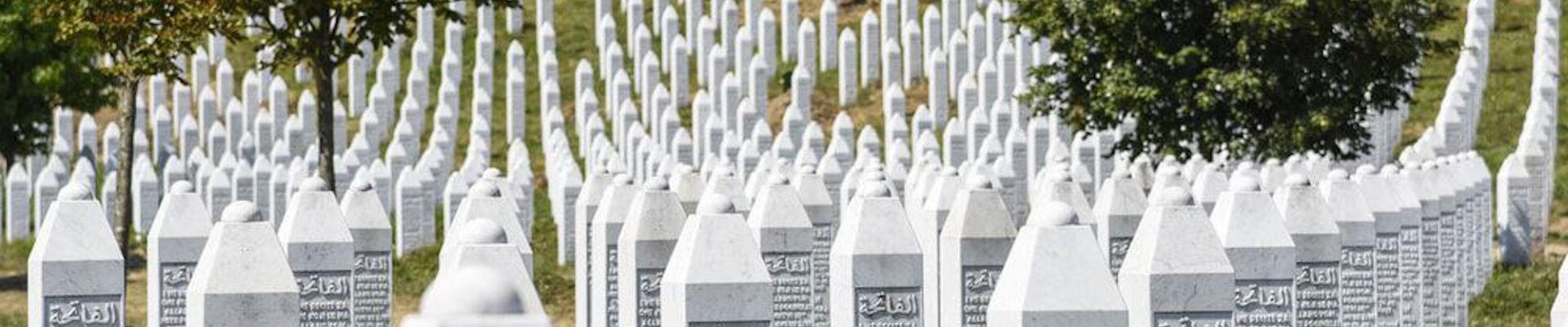 Pamtimo nevine žrtave genocida u Srebrenici. Slava im.